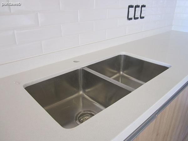 Mesada de la cocina integrada con doble bacha.