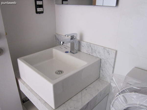 Integrated kitchen counter with double sink.