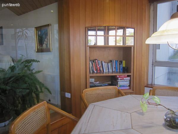 Detalle del acondicionamiento con biblioteca del estar con bow window.
