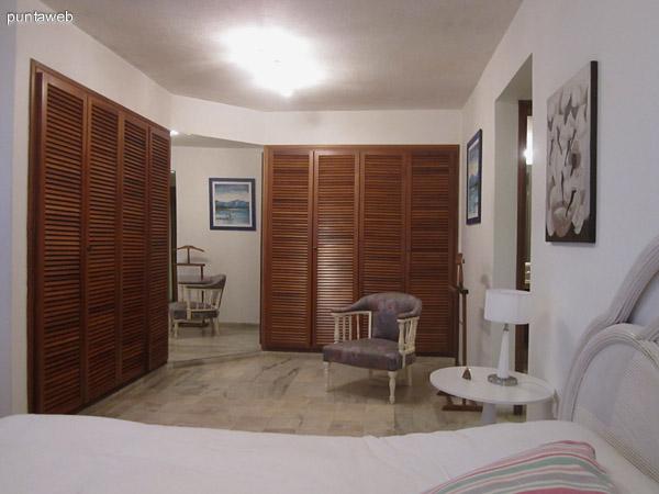 Vista del espacio para placares del dormitorio principal en suite. A la derecha de la imagen el acceso al dormitorio donde se encuentra el baño y la puerta de acceso.