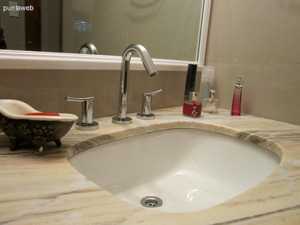 Detalle de los artefactos sanitarios en el baño del dormitorio principal en suite.
