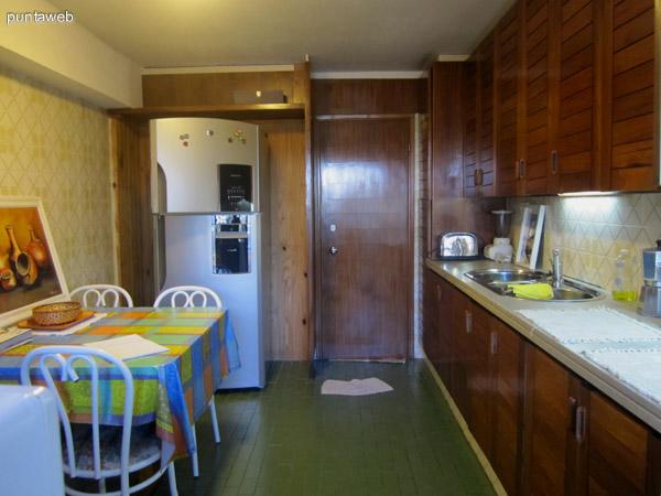 Vista general de la cocina desde el acceso al lavadero hacia la puerta de acceso independiente del departamento (acceso de servicio).