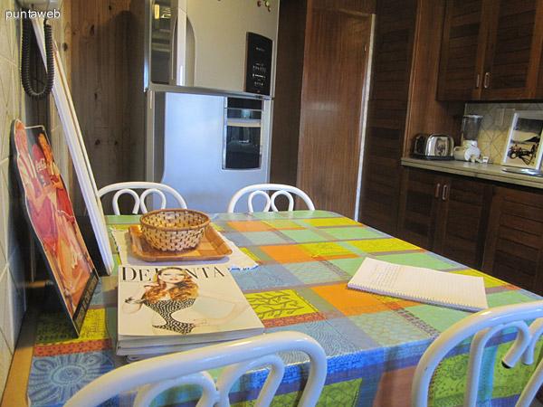 Mesa en la cocina como comedor diario.