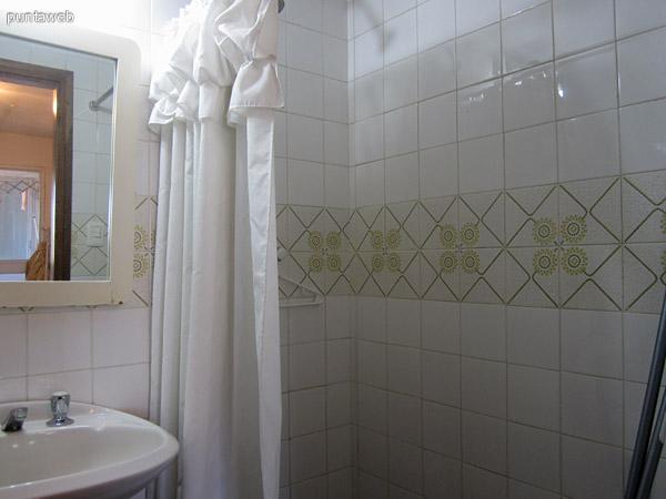 Detalle del baño de servicio.