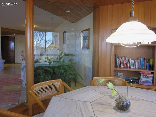Vista general del living comedor desde el estar con bow window.