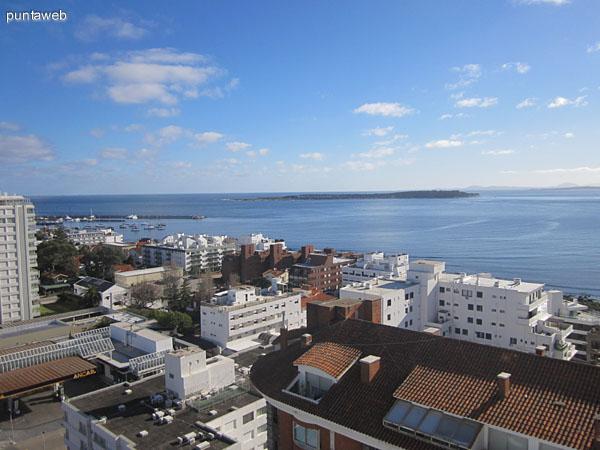 Vista desde la ventana oeste del living hacia el suroeste sobre la península de Punta del Este a lo largo de la calle 20.