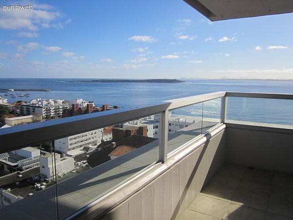 Vista hacia el oeste desde el balcón terraza del departamento. Al fondo, la Isla Gorriti.