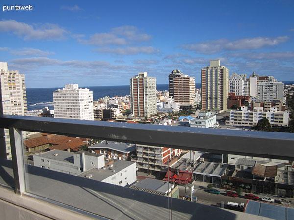 Detalle del balcón terraza del departamento hacia el oeste sobre la Bahía de Maldonado.