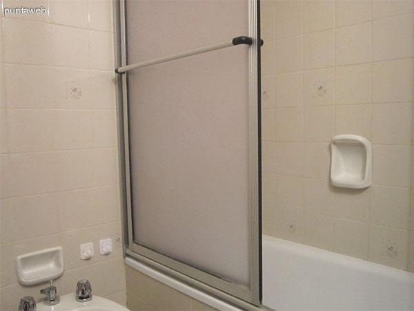 Baño en suite del dormitorio al frente norte del departamento.