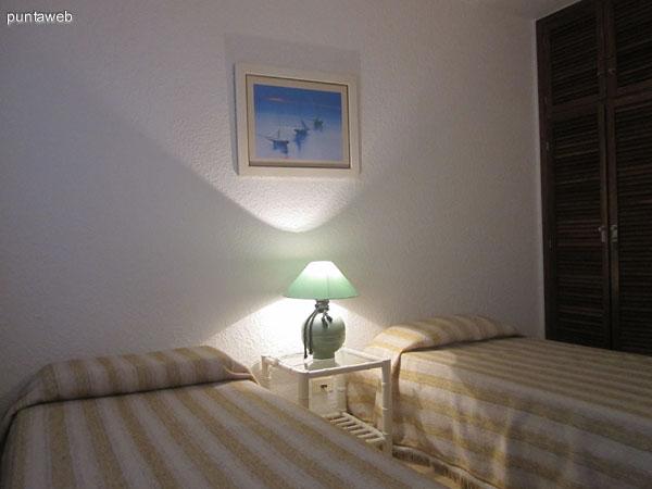 Segundo dormitorio ubicado hacia la fachada suroeste del departamento. Está acondicionado con dos camas individuales y tiene un baño situado en frente.