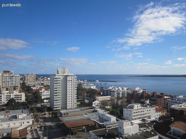 Vista hacia el suroeste desde el segundo dormitorio sobre la península de Punta del Este.