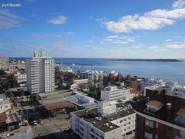 Vista desde el dormitorio principal hacia el suroeste sobre la península de Punta del Este a lo largo de la calle 20.