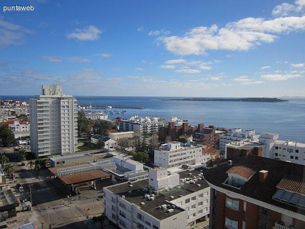 Vista desde el dormitorio principal hacia el oeste sobre parte de la península de Punta del Este. Al fondo, parte del puerto y la Isla Gorriti.