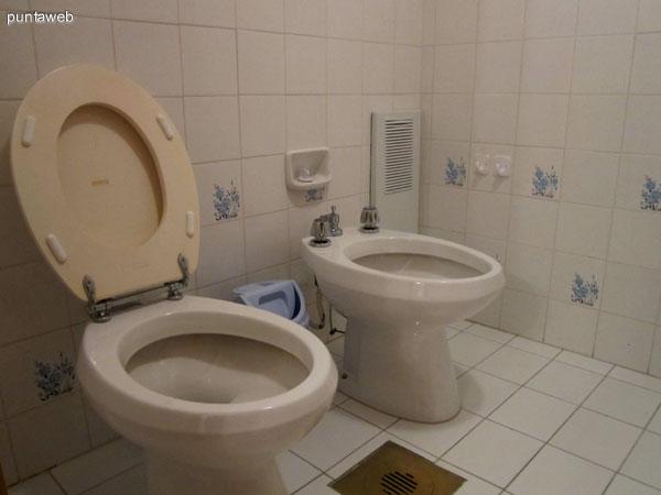Placares en madera, amplios, en el baño en suite del dormitorio principal.