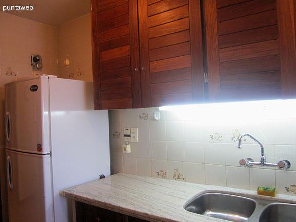Detalle de microondas en la pared norte de la cocina.
