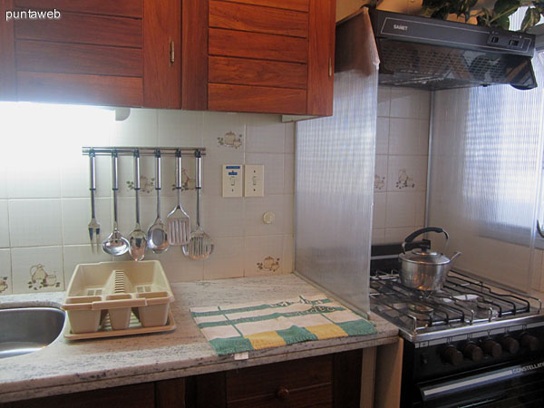 Detalle de heladera, mesada y muebles sobremesada en la pared sur de la cocina.