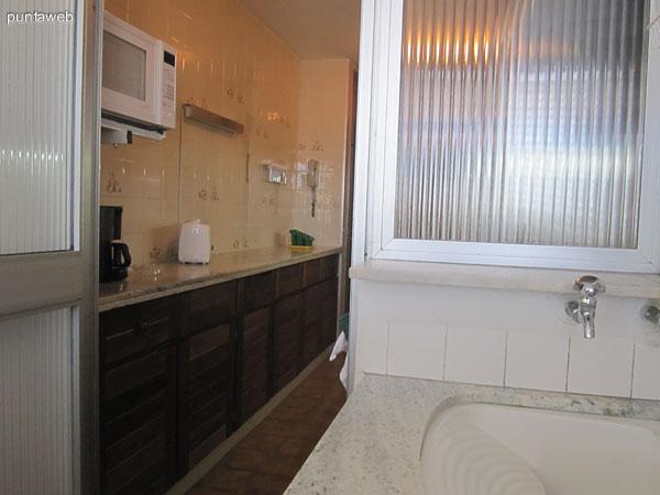 Detalle de cocina, mesada y muebles sobre y bajo mesada en la pared sur de la cocina.