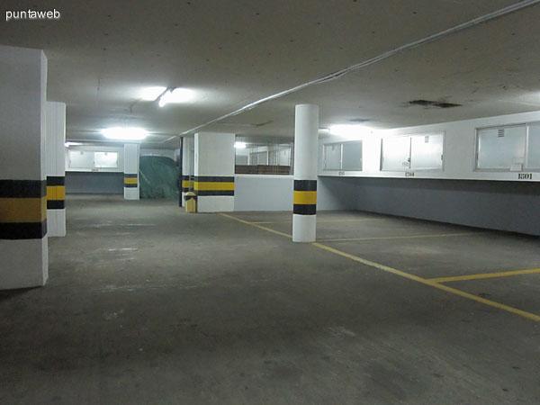 Estar al final del acceso al edificio. A la izquierda, el acceso al lobby del edificio.