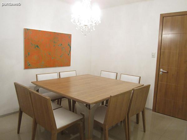 Vista general del dormitorio con ba�o en suite desde el espacio del ba�o y placares.