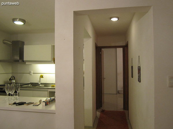 Dormitorio secundario acondicionado con dos camas individuales. Tiene ventana con acceso al balcón corrido sobre el contrafrente.