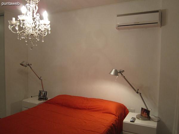 Baño del dormitorio secundario. Situado a la izquierda del pasillo que conecta los dormitorios con la cocina y el living.