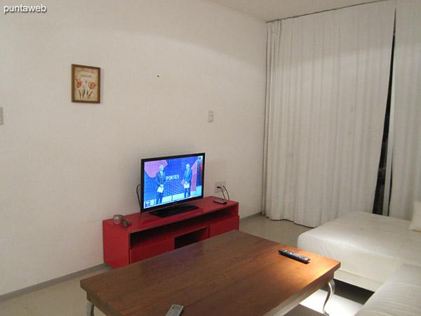 Espacio del living acondicionado con dos sillones de tres y dos cuerpos y dos individuales.