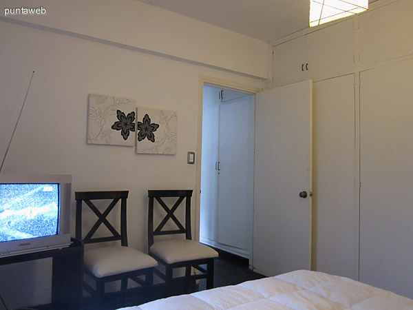 Vista general del dormitorio desde la esquina izquierda junto a la cama.