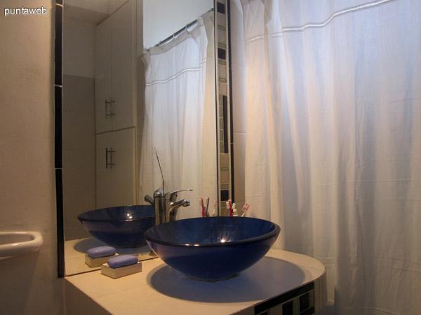Vista hacia el dormitorio y ba�o desde el pasillo que conecta el living–comedor con el dormitorio.