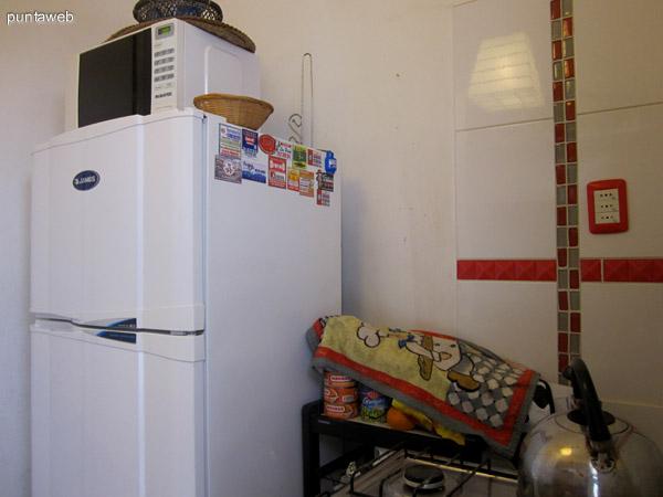 Cocina. Completan la l�nea blanca la heladera y un horno microondas situados a la izquierda de la puerta de acceso.