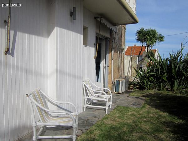 Calle sobre la fachada del edificio. Al fondo, el oc�ano entre la playa de los Ingleses y la Punta de la Salina.