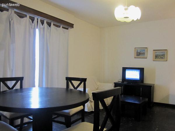 Ambiente del living comedor. C�modo, equipado con un sof� cama para dos personas, un sill�n de dos cuerpos y mesa de comedor redonda con cuatro sillas.<br><br>Completan el mobiliario, una mesa baja y el televisor.