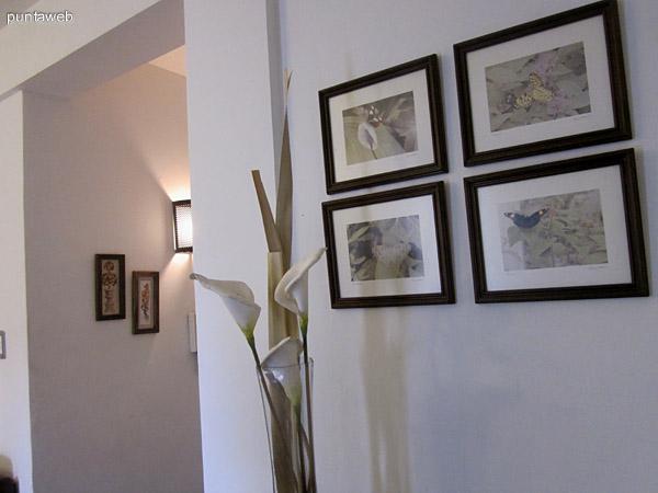 Vista general del living comedor desde la esquina derecha al frente. A la izquierda de la imagen, el pasillo de acceso al departamento y a la cocina. A la derecha, pasillo de acceso al dormitorio y al ba�o.