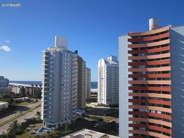 Vista hacia el sureste desde el balcón del departamento. Al fondo la playa Brava.