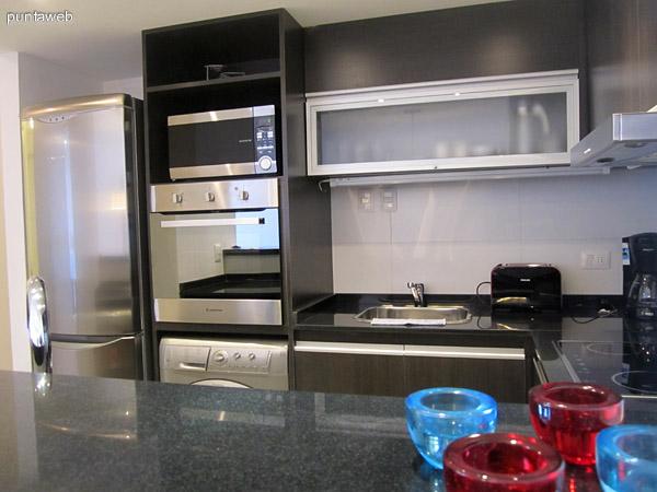 Vista desde el pasillo interno de acceso al living hacia la cocina integrada.