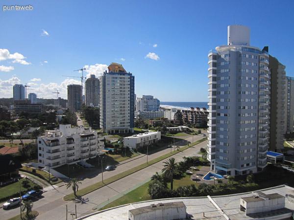Vista desde el balcón del departamento hacia el este sobre Av. Chiverta.