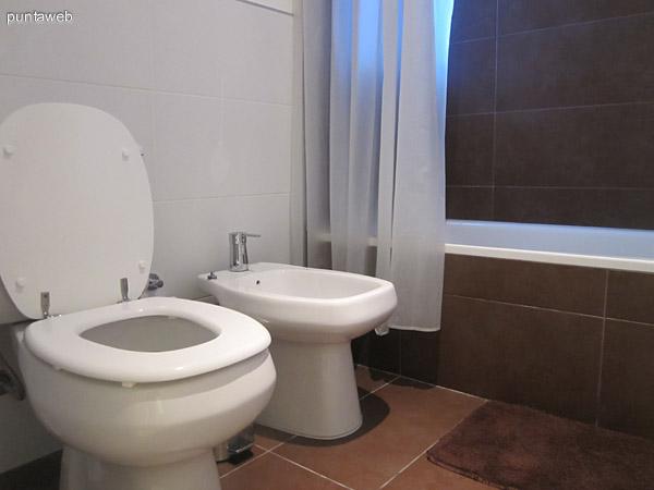 Vista desde la ventana lateral del dormitorio en suite hacia su entrada. A la derecha, el baño.