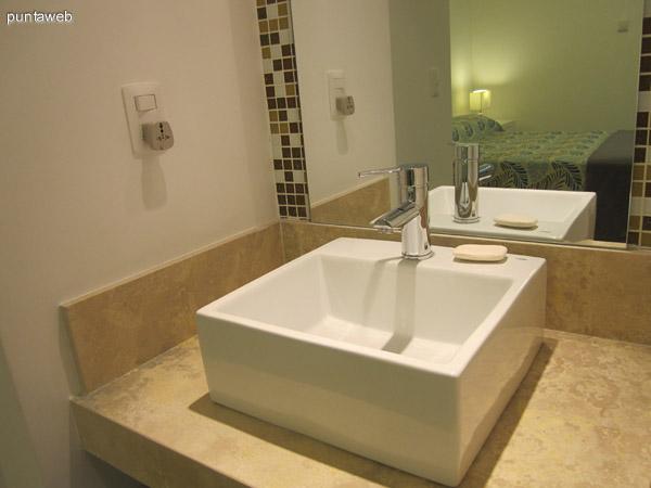 Detalle de bacha y grifería en el baño en suite del dormitorio principal.