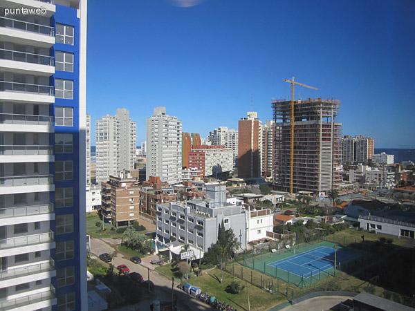 Vista desde una de las ventanas del dormitorio principal hacia el sureste.
