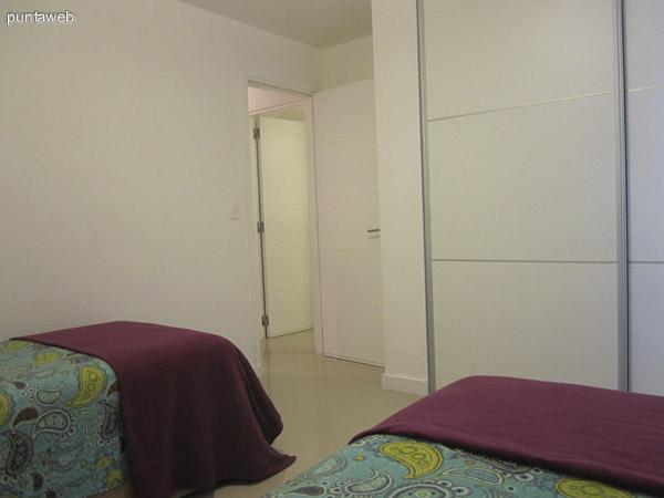 Dormitorio secundario. Vista desde la cabecera hacia la entrada. Se aprecia el estilo de placares.