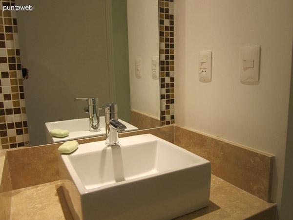 Detalle de artefactos sanitarios y grifería en el segundo baño.