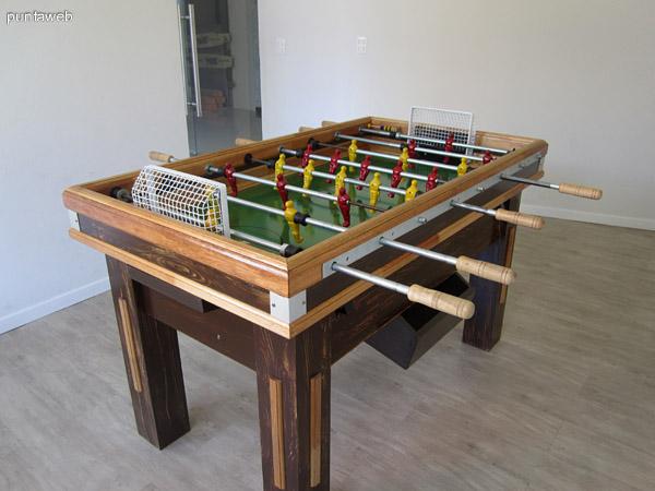Mesa de futbolito en las salas de juego en planta baja.