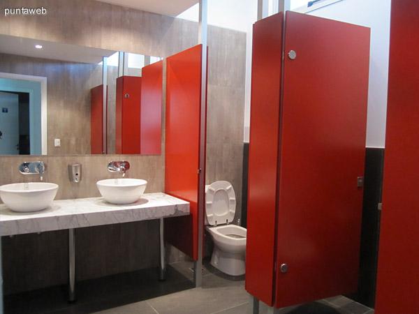 Vista general de los baños en el espacio contiguo a la piscina climatizada y al gimnasio. Existen dos, uno para hombres y otro para mujeres.
