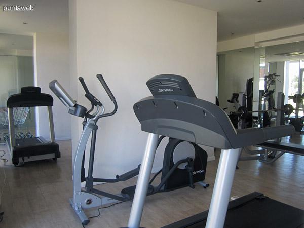 Modernos aparatos en el gimnasio.