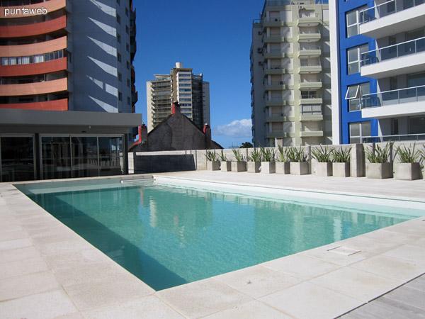Espacio de piscinas y barbacoas en el jardín trasero del edificio.