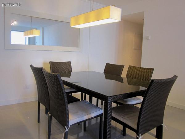 Detalle de la mesa de comedor. Acondicionada con seis sillas. Se encuentra al entrar al espacio de living junto a la barra de la cocina integrada.