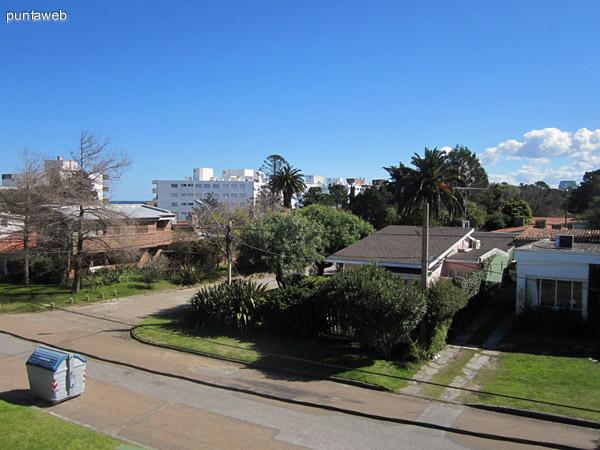 Vista desde el balcón hacia el este sobre el techo de la casa lindera, entorno de barrio residencial.