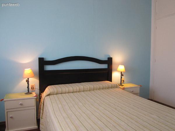 Dormitorio. Acondicionado con cama matrimonial. Cuenta con TV. Muy luminoso por estar orientado hacia el norte con ventana de pared a pared. Placard amplio.