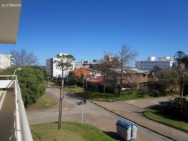 Fachada del edificio orientada al norte. Laterales al este hacia la manzana y al oeste a calle lateral.