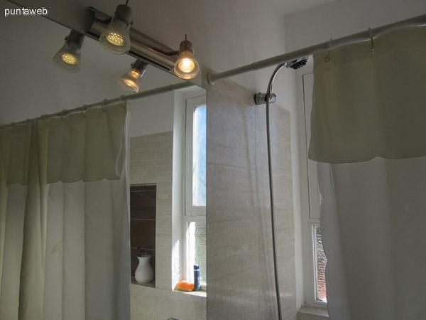Detalle de artefactos sanitarios del baño.