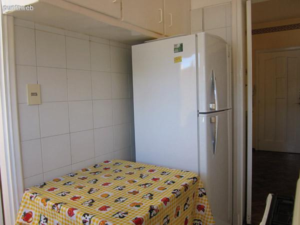 Cocina. Pequeña, con acceso a lavadero. Acondicionada con muebles bajo mesada, estante, armario en altura y horno microondas.